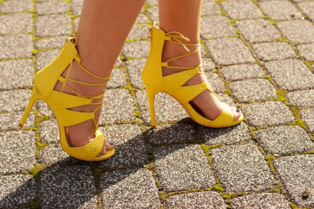 zółte wiązane szpilki